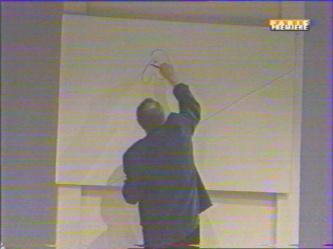 Marc suit avec le feutre un des lisérés transversaux.