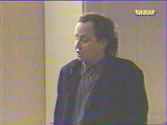 Serge: ''Et toi tu as des raisons de m'en vouloir... tu vois, j'allais dire d'être avec l'Antrios!'' Marc: ''Oui'' Serge: ''Quelque chose m'échappe.''